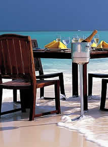 Banyan Tree Maldives Vabbinfaru - Dining on the Beach